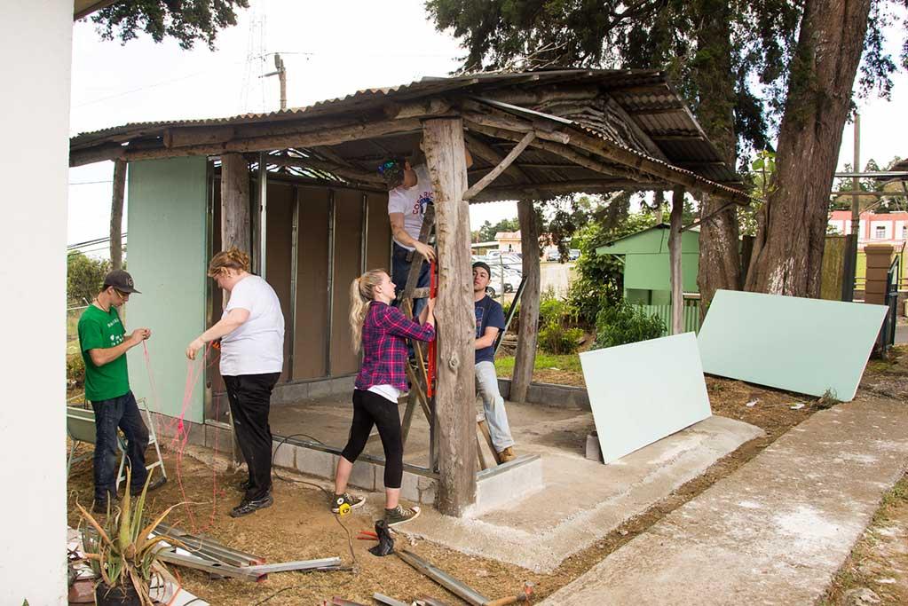 Hogares-CREA-Construction-Volunteering